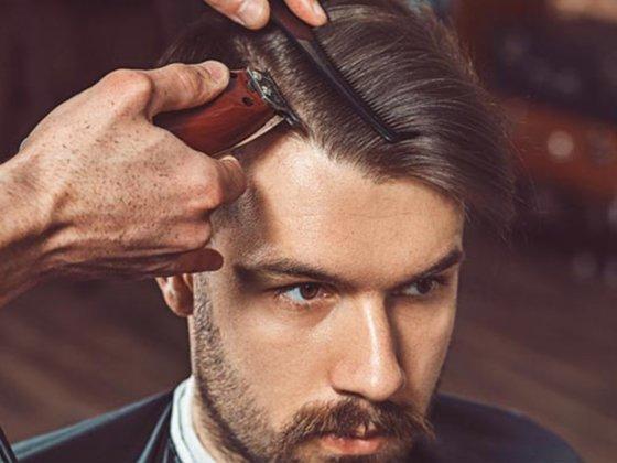 cortar cabelo masculino com máquina ou tesoura